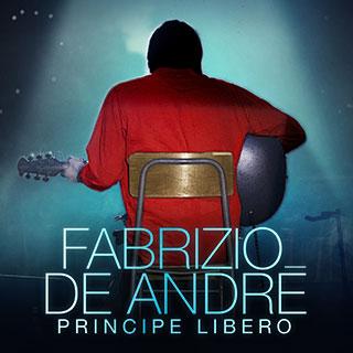 Musicista Fabrizio De Andrè seduto su una sedia di spalle suona la chitarra