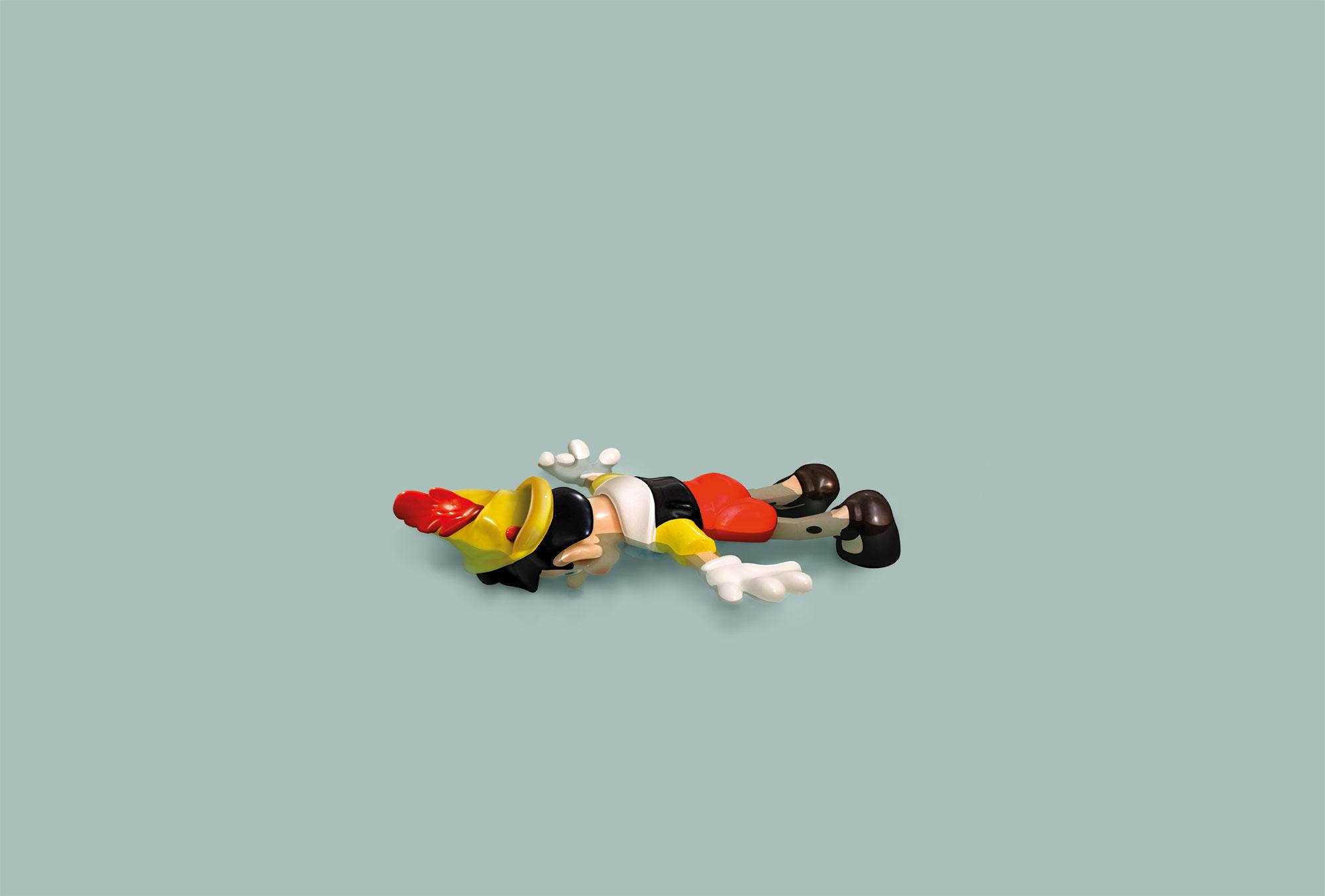 Giocattolo Pinocchio sdraiato a faccia in giù nell'acqua